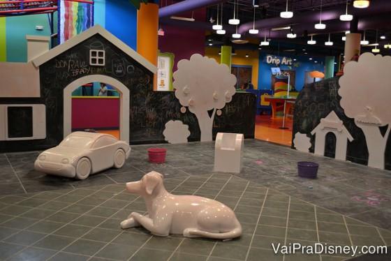 Espaço onde as crianças podem pintar tudo.