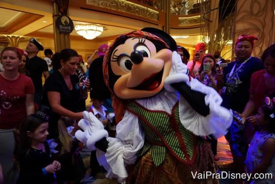 A Minnie durante a festa pirata dançando com todo mundo. Ela tem muito mais classe que eu ou a Bia, né?