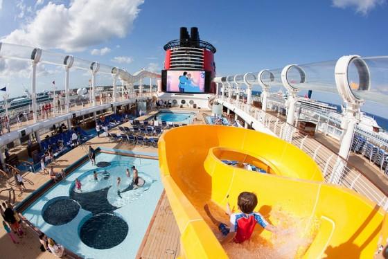 Piscinas, recreação infantil, teatros, cinema, restaurantes e festas são só algumas das opções de entretenimento no Disney Cruise.