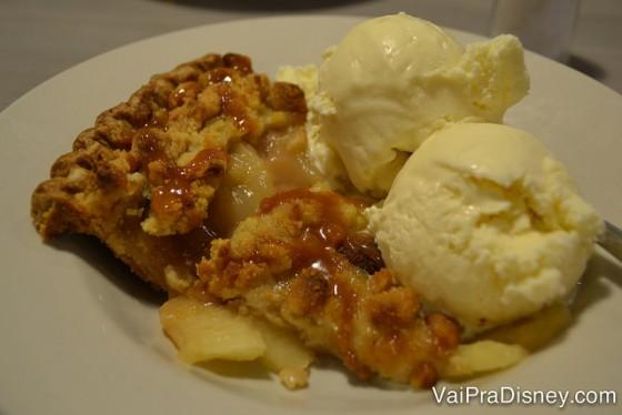 Torta de maçã com caramelo e duas bolas de sorvete em cima no Perkins