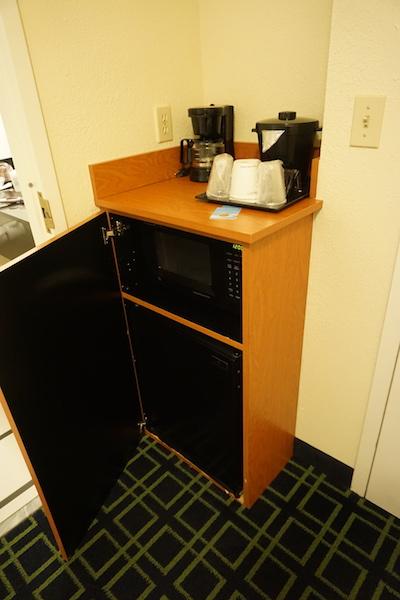 Microondas é um diferencial no quarto deste hotel. Foto do microondas no quarto do Fairfield Inn
