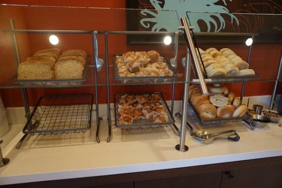 Um dos poucos hotéis com café da manhã incluído na diária. Foto das opções de café da manhã no Fairfield Inn by Marriot