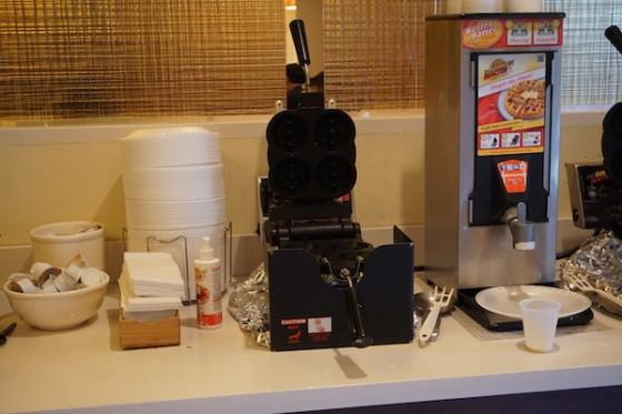 Foto da área para fazer seu próprio waffle no café da manhã do hotel