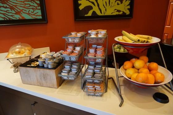 Hotel com café da manhã incluído? São poucos em Orlando e o Fairfield Inn by Marriot tem um café muito bom! Foto da mesa de café da manhã no  Fairfield Inn by Marriot