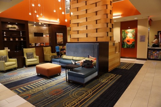 Área da recepção do hotel. Foto da recepção do hotel, com alguns sofás e poltronas.