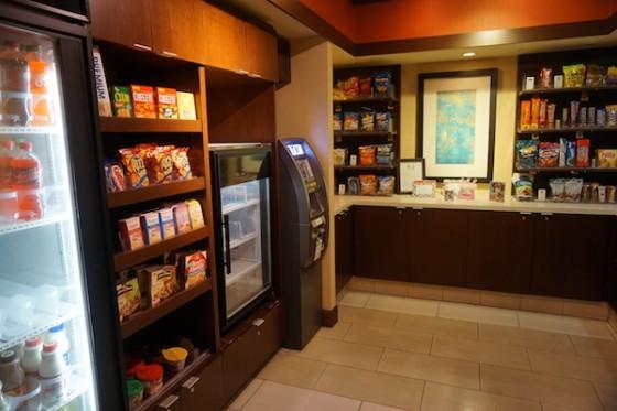 Lojinha do hotel que além de um caixa eletrônico, traz algumas opções de comidas, bebidas, remédios e outras coisas básicas. Foto da lojinha de conveniência do Fairfield Inn by Marriot