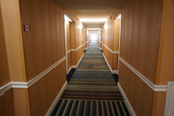 Apesar de simples, esse hotel é bonito e tudo ali tem qualidade. Foto do corredor do Fairfield Inn by Marriot
