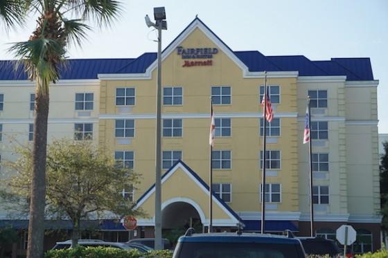 Fairfield Inn by Marriot é uma super opção boa e barata para hospedagem em Orlando. Foto do prédio principal do Fairfield Inn by Marriott.