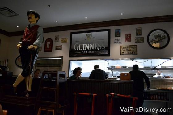 Placa da cerveja Guiness no bar, sempre um clássico dos pubs.