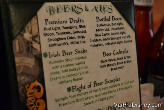 Foto do cardápio mostrando algumas das cervejas do Finnegan's.