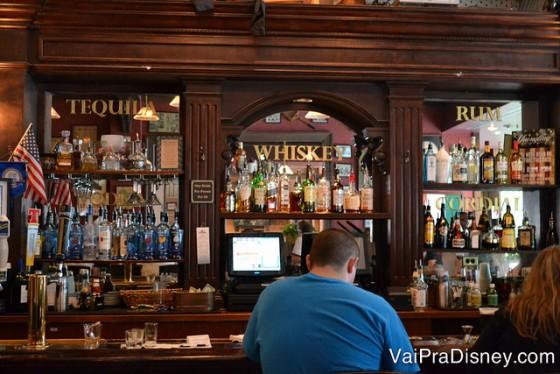 Foto da área do bar no Finnegan's, com carinha de pub irlandês