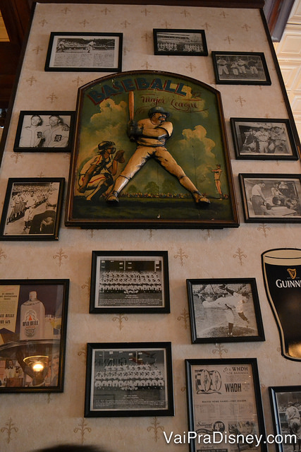 Foto dos quadros e fotos na decoração do Finnegan's.