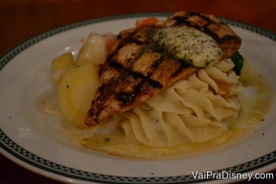 Foto do prato no Finnegan's com frango grelhado coberto com manteiga temperada