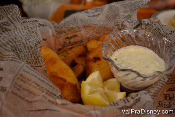 O clássico fish & chips no Finnegan's, peixe frito com batatas, molho e limão.