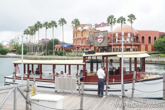 Há opções de transporte em barcos e ônibus dos hotéis para os parques e Citywalk.