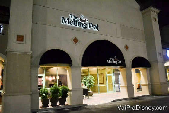 Entrada discreta do Melting Pot com uma pequena área externa seguida do bar e do restaurante em si.