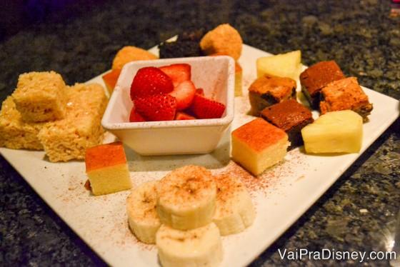 As frutas e docinhos que acompanham o fondue doce no Melting Pot
