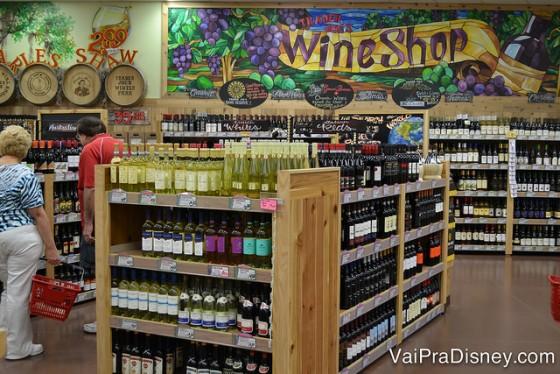 Foto da área de vinhos do Trader Joe's, com muitas opções
