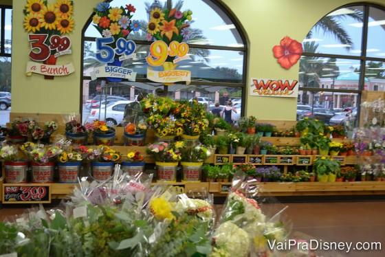 A parte de flores do supermercado, com opções bem variadas
