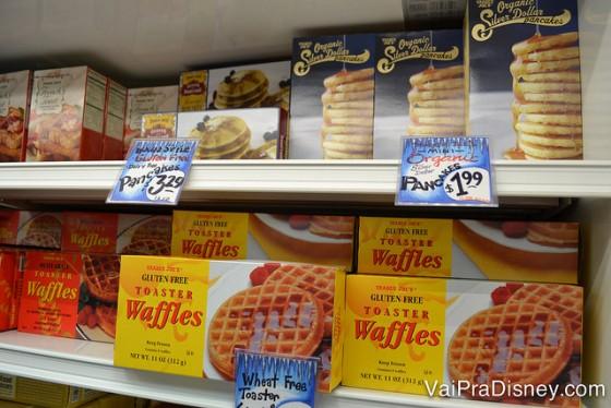 Foto de panquecas e waffles na prateleira do Trader Joe's