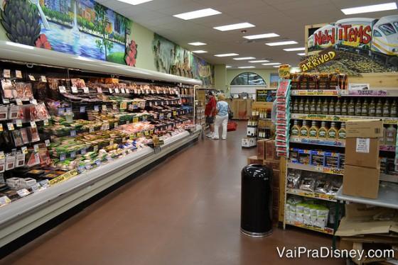 Foto do corredor na área de produtos refrigerados do Trader Joe's.