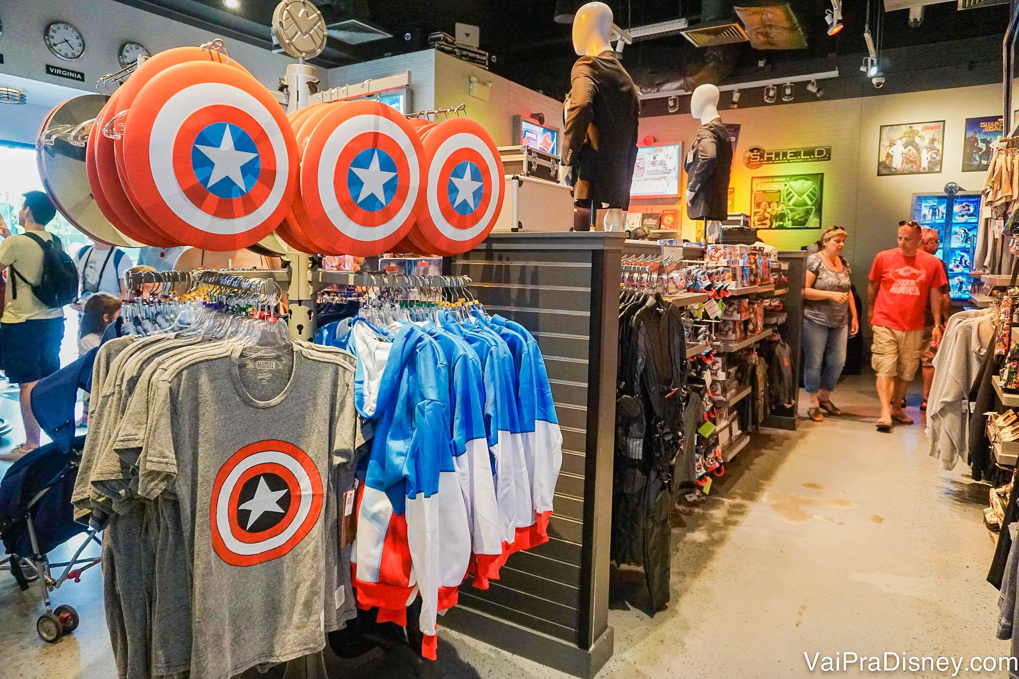 Foto dos produtos na loja dos super-heróis da Marvel em Disney Springs, com símbolos como o do Capitão América
