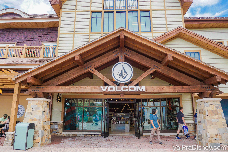 Foto da fachada da loja Volcom em Disney Springs.