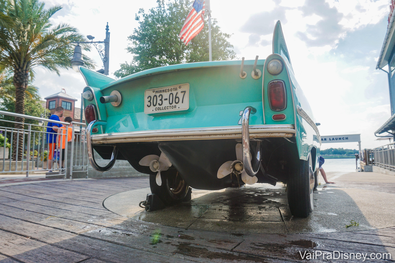 Foto da parte de trás do Amphicar, o carro anfíbio de Disney Springs. Ele é pintado de verde-água.