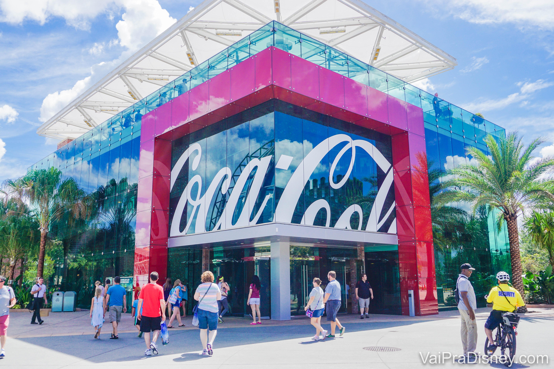 Imagem da fachada da loja da Coca-Cola em Disney Springs, com o terraço em cima, que funciona como um bar.