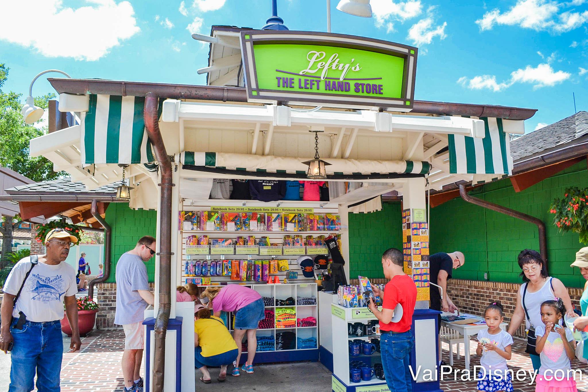 Foto do Lefty's, o quiosque de Disney Springs que vende produtos específicos para canhotos. Há vários visitantes passando em frente e alguns escolhendo produtos.
