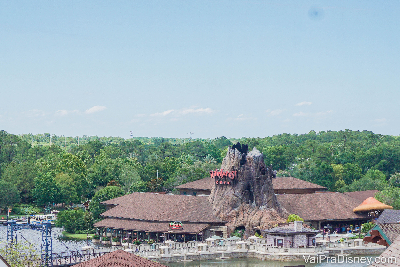 No Disney Springs você encontra uma unidade do famoso Rainforest Cafe, que chama atenção pelo vulcão.