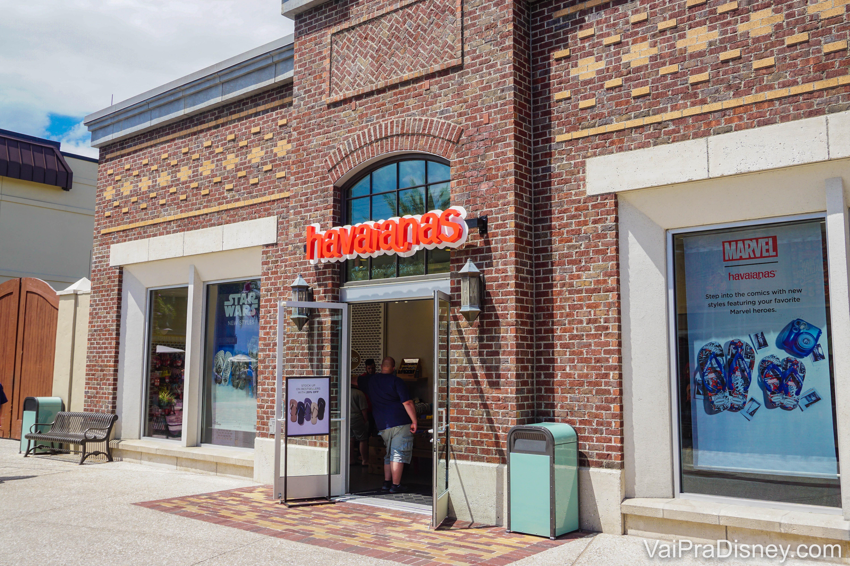 Imagem da fachada da loja da marca Havaianas em Disney Springs, com o logo tradicional da marca