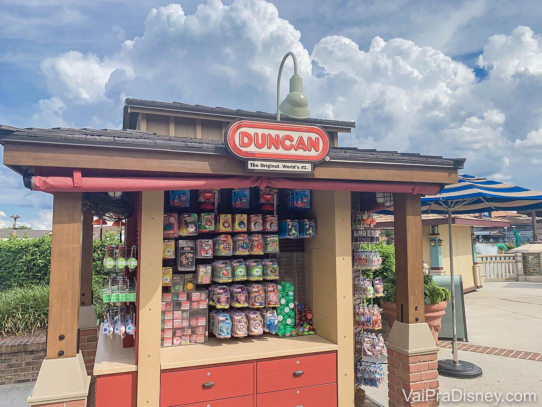 Foto de um quiosque da marca Duncan em Disney Springs, com alguns brinquedos em exposição.