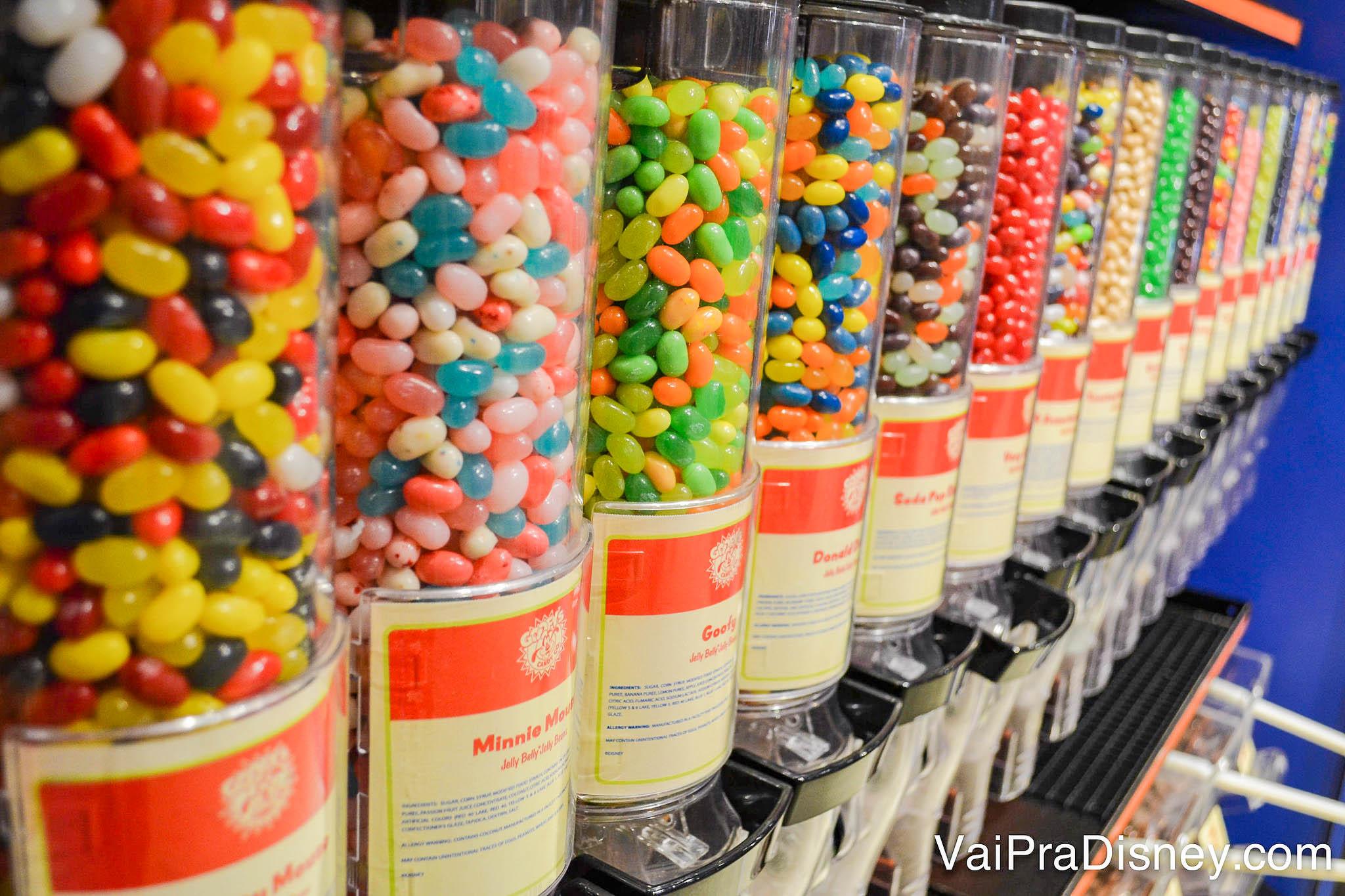 Imagem dos tubos cheios de balas coloridos na loja Goofy's Candy Co em Disney Springs