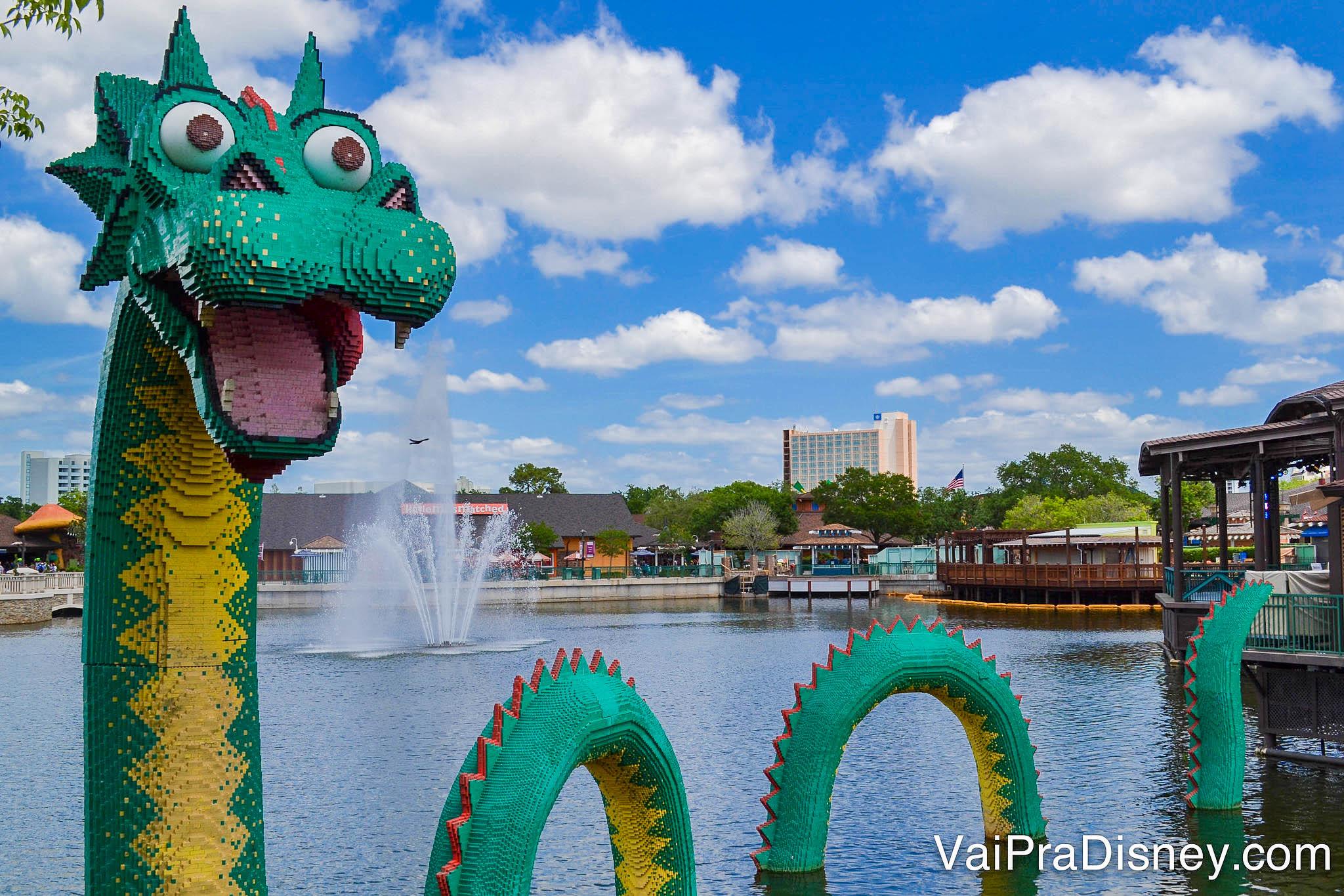Imagem do dragão feito de Lego que fica no lago de Disney Springs, em frente à loja da Lego.