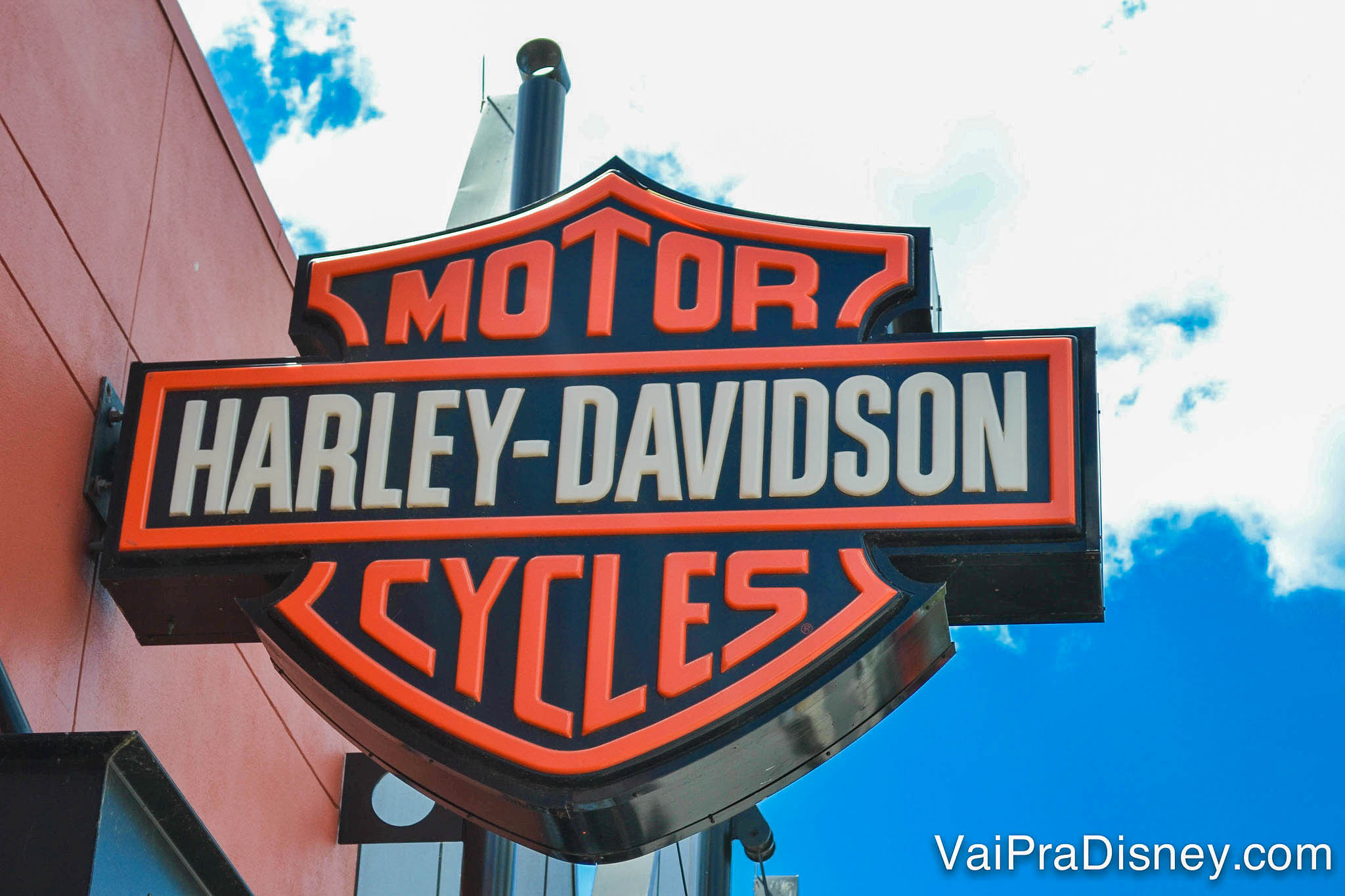 Foto do logo da Harley Davidson na loja de Disney Springs