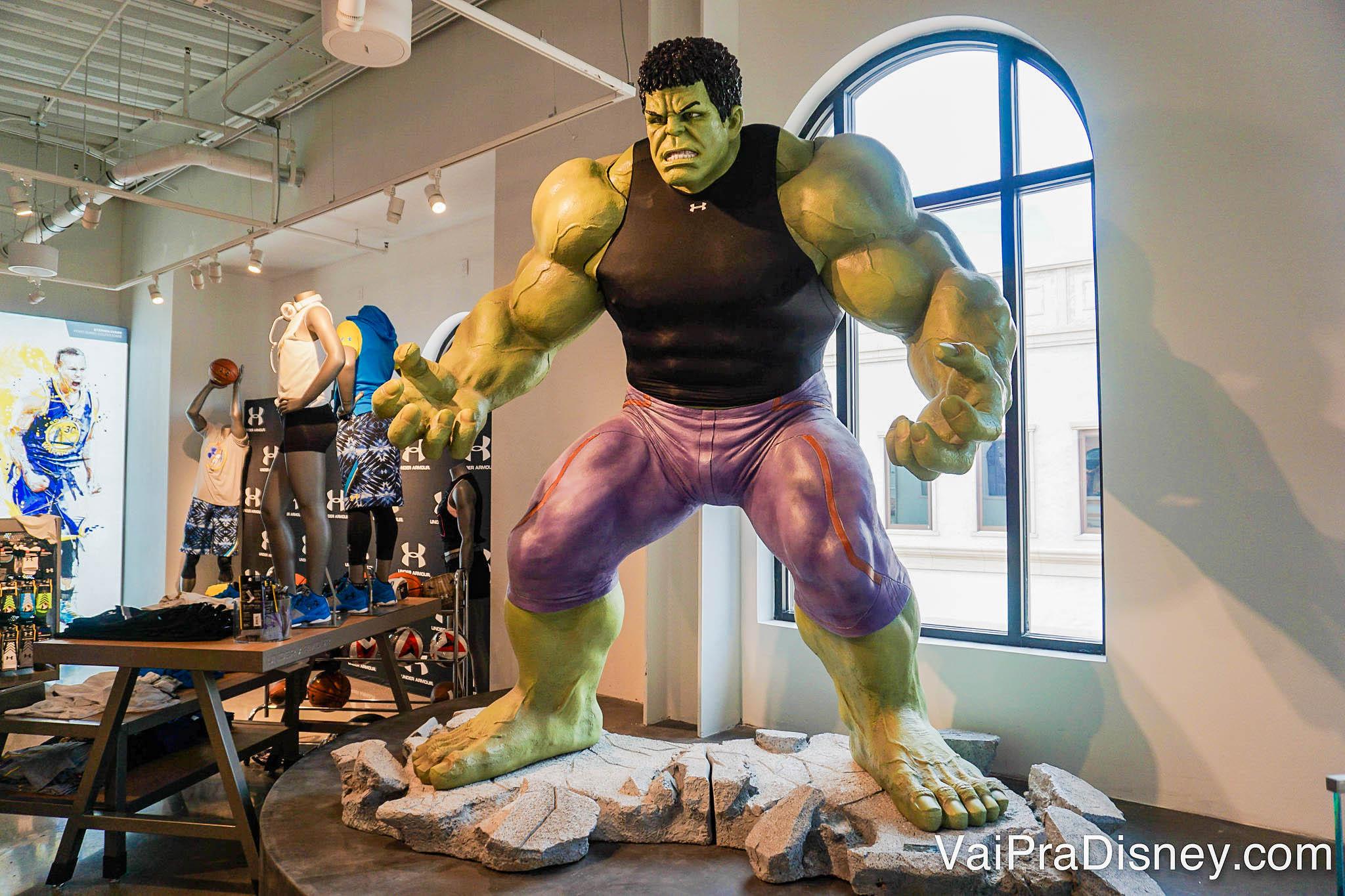 Imagem da estátua do Hulk na loja da Under Armour. Ele está vestido com uma regata preta da marca e shorts roxos.