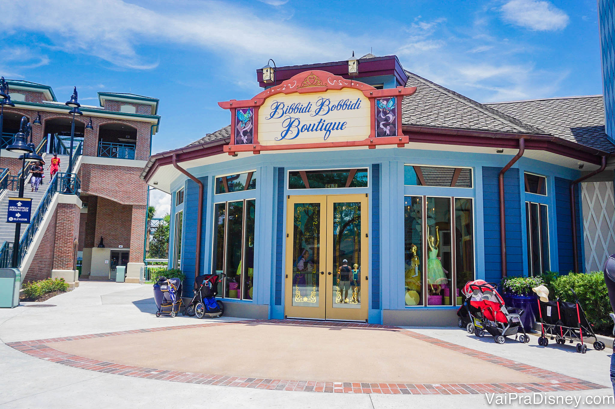 Foto da unidade de Disney Springs do Bibbidi Bobbidi Boutique. A loja é pintada de azul e as portas são amarelas.