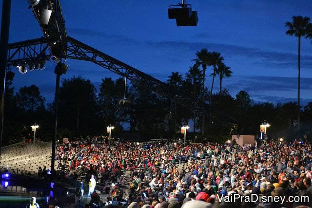 Foto da plateia do show de fogos Fantasmic, no Hollywood Studios, sentada nas arquibancadas.