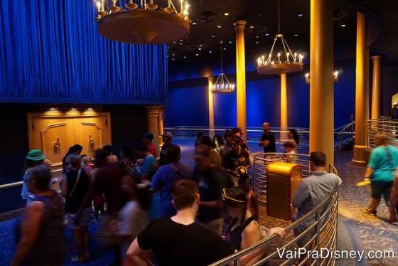 Foto dos visitantes no salão antes de entrar no show Philharmagic, no Magic Kingdom.