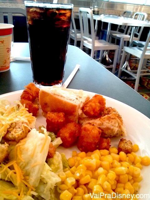 Frango frito, milho verde e salada. A variedade é tanta que agrada até os mais seletivos