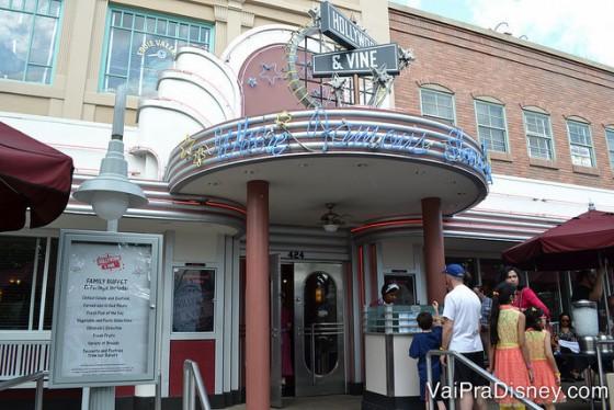 Foto da entrada do Hollwyood & Vine no Disney's Hollywood Studios