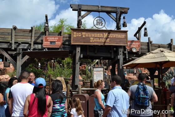 A Big Thunder Mountain é um exemplo de fila em ambiente aberto, assim como a montanha russa dos 7 anões em boa parte. Já Piratas do Caribe, Space Mountain e outras tantas atrações, tem fila em ambiente fechado.