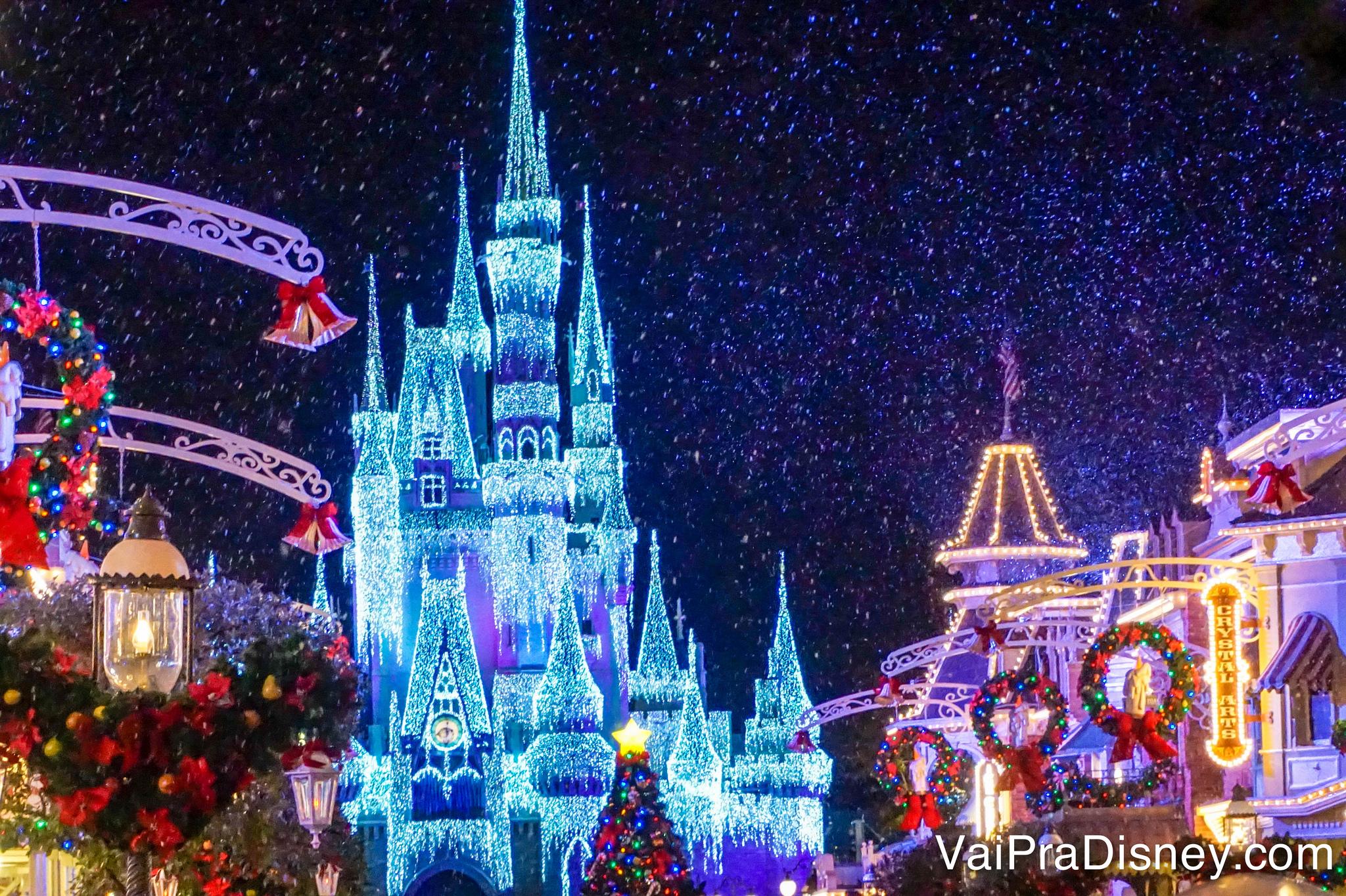 O castelo já fica assim iluminado antes do parque fechar para os visitantes que não vão ficar para a festa.