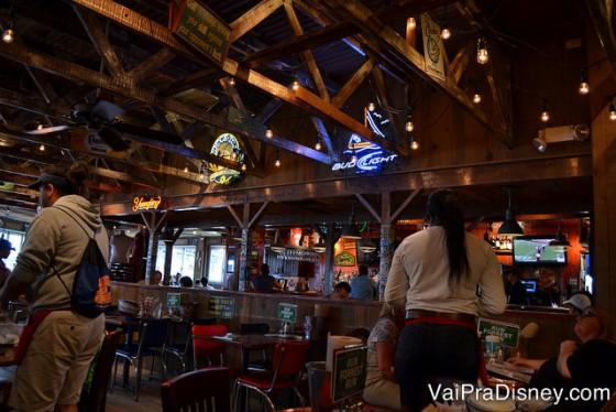 Um pouquinho do Bubba Gump por dentro: meio escuro, bem despojado e cheio de referências ao filme Forrest Gump. Foto do interior do restaurante Bubba Gump, todo de madeira.