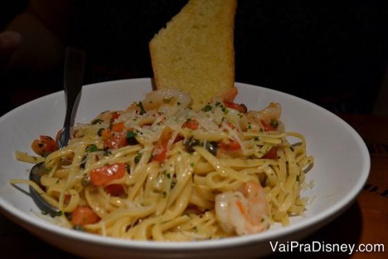 O macarrão com camarão que a Bia fala até hoje. Foto do prato com macarrão e pedações de camarão.
