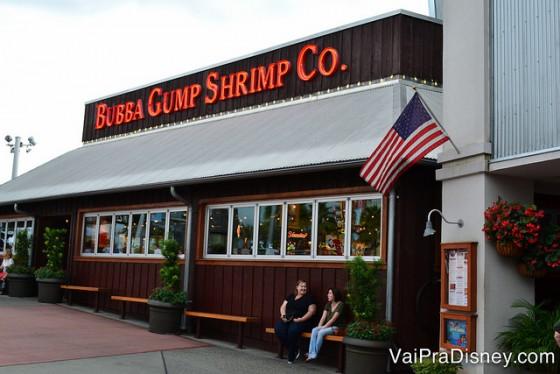 O primeiro restaurante que se avista ao chegar no CityWalk é também um dos mais populares, o Bubba Gump. Foto da entrada do restaurante Bubba Gump, que fica no CityWalk da Universal,