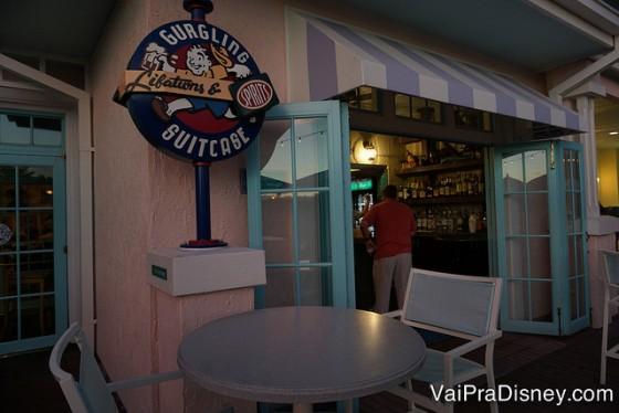 Foto do exterior com mesinhas do Gurgling Suitcase, um barzinho que serve drinques do lado de fora do hotel.