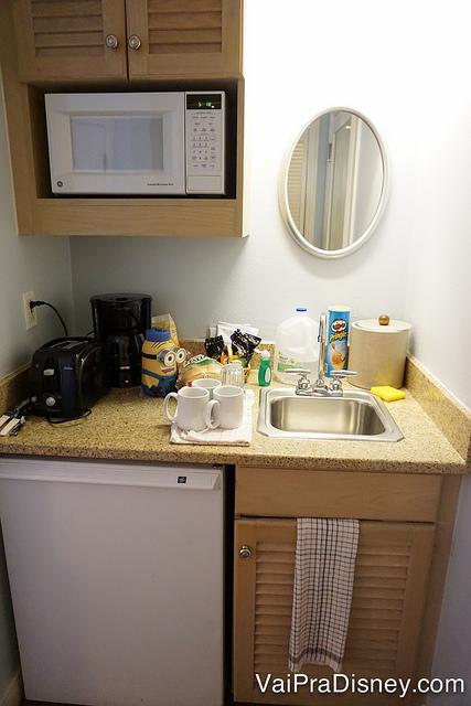 Foto da mini cozinha no Old Key West, com pia, frigobar e microondas