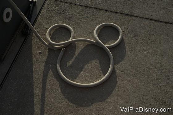 Foto de um Mickey feito de corda no chão, perto dos barcos no hotel